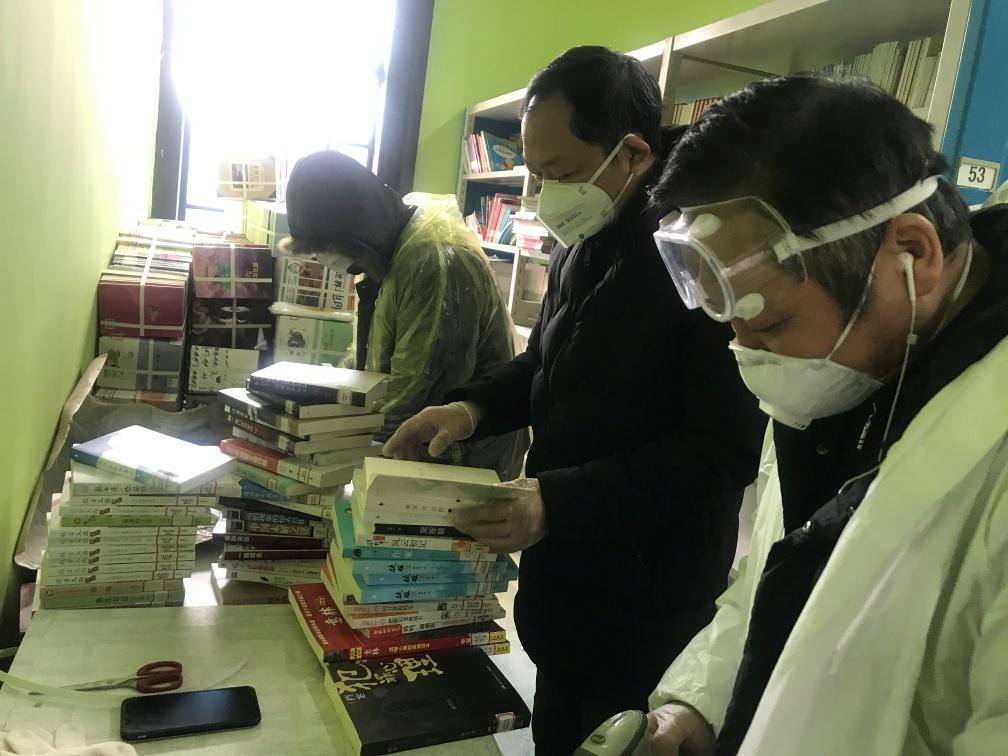 隔离点的孩子急需陪伴,一批爱心图书送到了他们身边